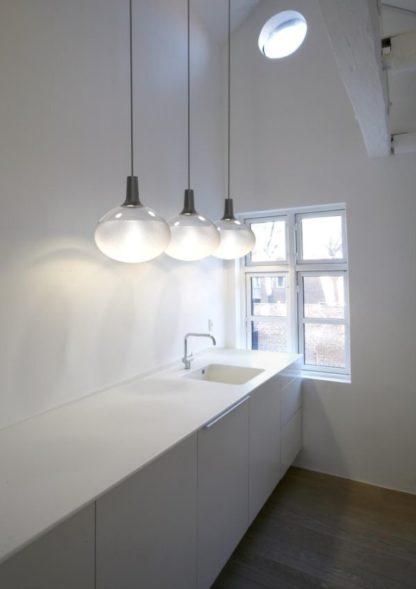 lampa wisząca szklana kula na zawieszeniu, aranżacja kuchnia