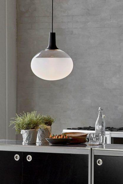 lampa wisząca z kloszem z mlecznego i przezroczystego szkła, aranżacja kuchnia