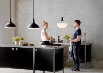 szklana lampa wisząca z okrągłym kloszem i ciemnym zawieszeniem - aranżacja kuchnia