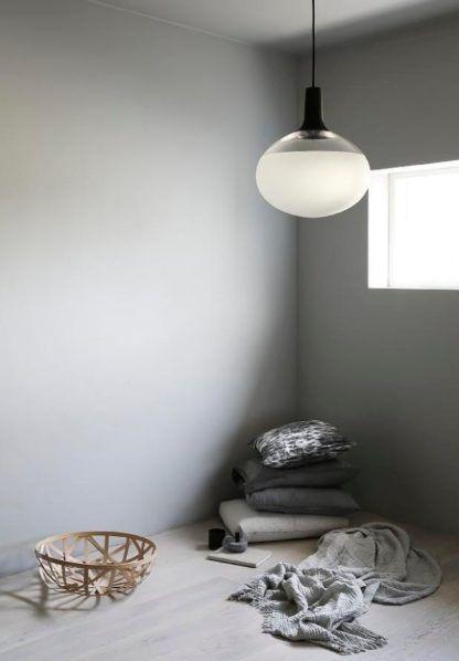 lampa wisząca w stylu skandynawskim, aranżacja, szklany klosz