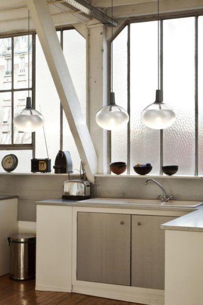 szklana lampa wisząca kula - aranżacja kuchnia