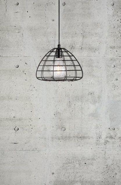 czarna lampa z drutu, styl industrialny