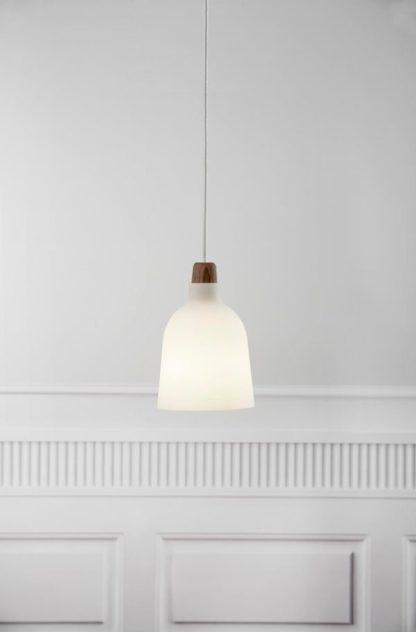 lampa wisząca z drewnianym detalem i szklanym kloszem otwartym na dół
