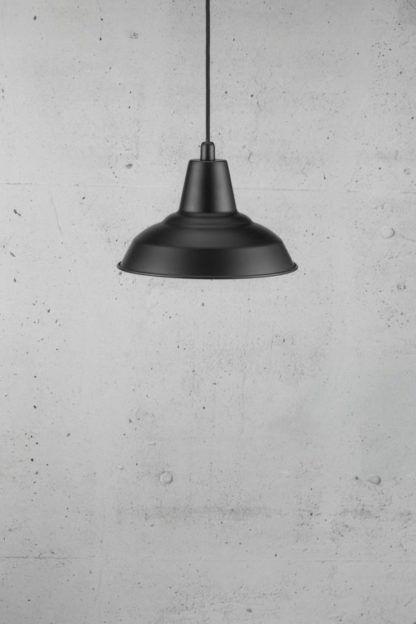 metalowa lampa wisząca w stylu industrialnym, czarny klosz