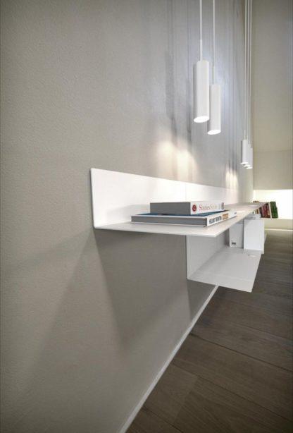 biała lampa wisząca designerska forma, biały metal - aranżacja salon