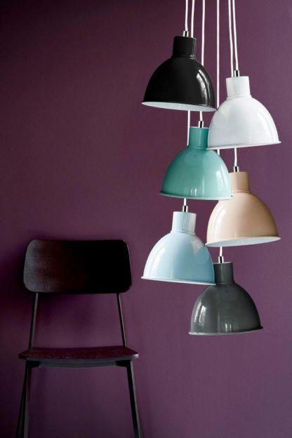 lampy wiszące z metalowymi kloszami, różne kolory - aranżacja
