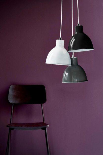 metalowe lampy wiszące z metalu, lampy w odcieniach szarości, fioletowa aranżacja
