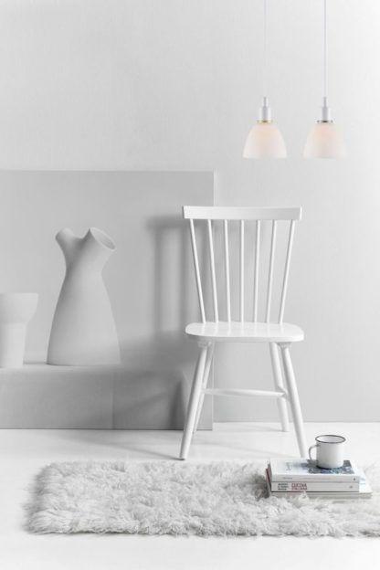 szklana, skandynawska lampa wisząca - aranżacja salon w bieli
