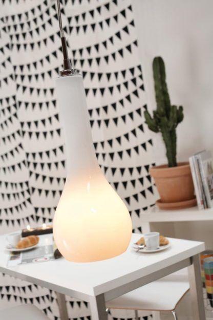 szklana lampa wisząca, nowoczesna, jasna - aranżacja salon