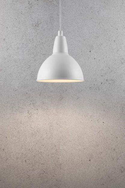 biała, metalowa lampa wisząca z półokrągłym kloszem