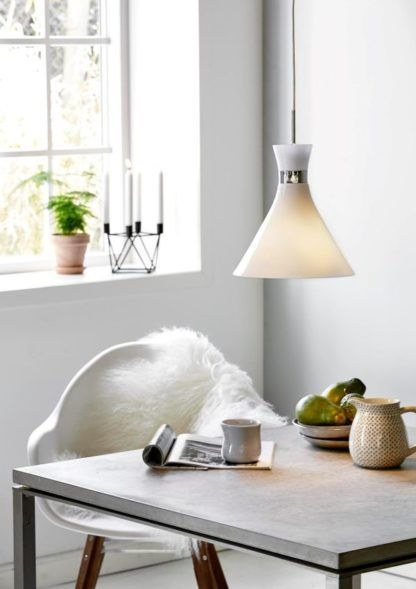 niewielka lampa wisząca nad stół, szklana, styl nowoczesny i skandynawski - aranżacja jasna jadalnia