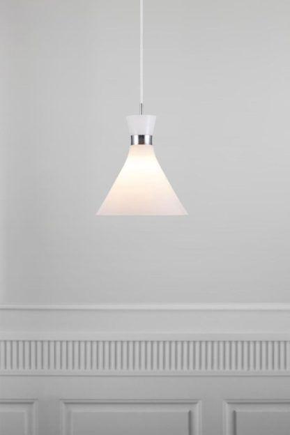 dzwonkowata lampa wisząca z białego szkła, klosz rozszerzany na dole