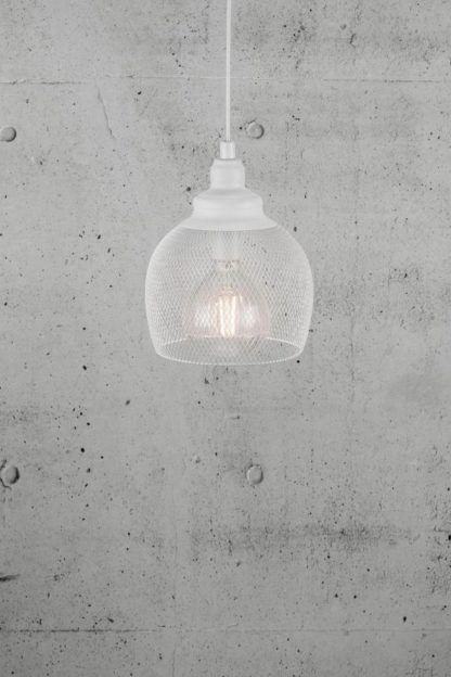 biała lampa wisząca z metalowej siatki