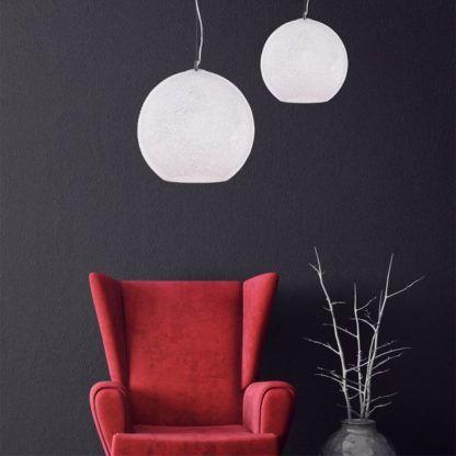 szklana, okrągła lampa wisząca - aranżacja ciemne ściany