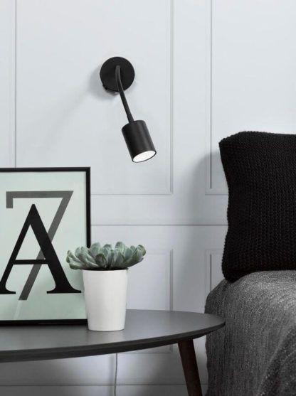 nowoczesny, czarny kinkiet z ruchomym, miękkim ramieniem, reflektor - aranżacja