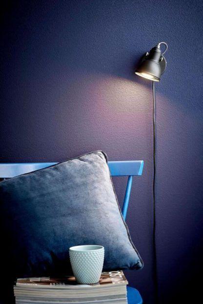 czarny, mały, metalowy kinkiet - granatowa sypialnia, salon