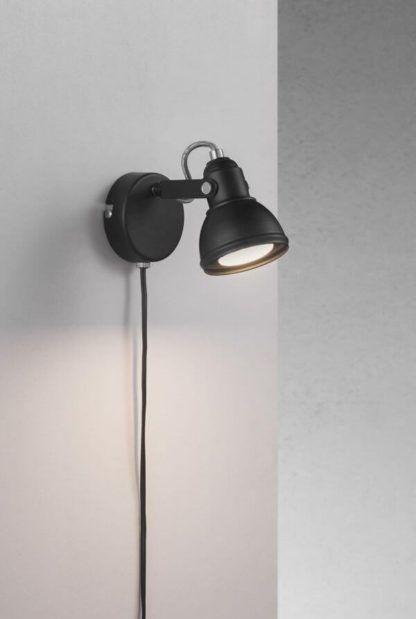 czarny, nieduży kinkiet z ruchomym reflektorem