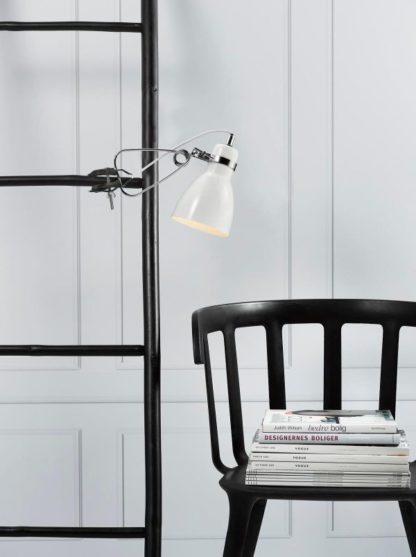 nowoczesny kinkiet na klips, biały metal - aranżacja