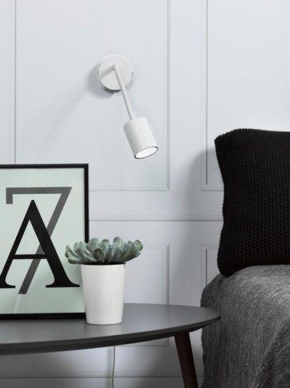 biały kinkiet na wysięgniku, nowoczesny styl - aranżacja sypialnia, światło do czytania