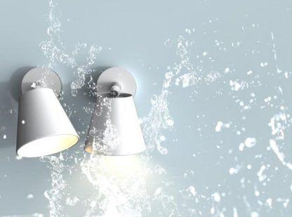 nowoczesny kinkiet w kolorze białym odpowiedni do łazienki