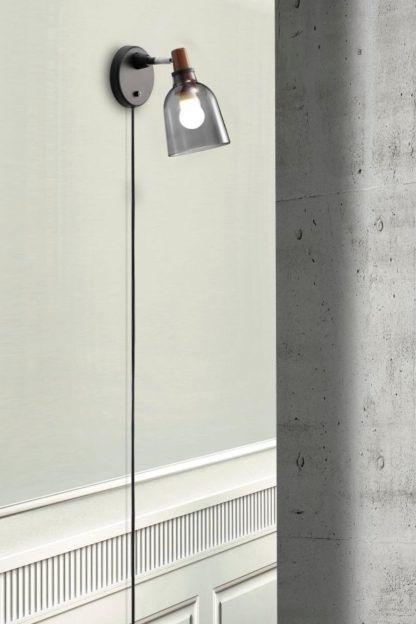 szary kinkiet ze szklanym kloszem i drewnianym elementem, styl skandynawski industrialny