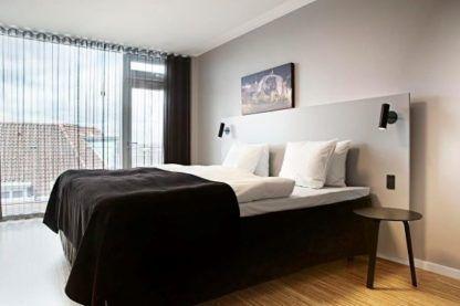niewielki, czarny kinkiet w stylu nowoczesnym, odpowiedni do czytania - aranżacja sypialnia