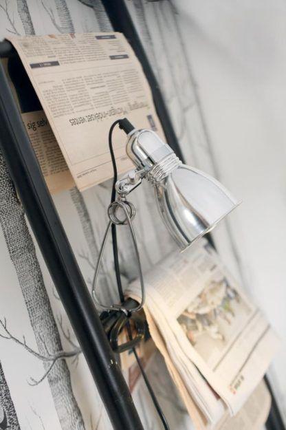 nowoczesna lampa biurkowa z funkcją przyczepienia jej w dowolnym miejscu.