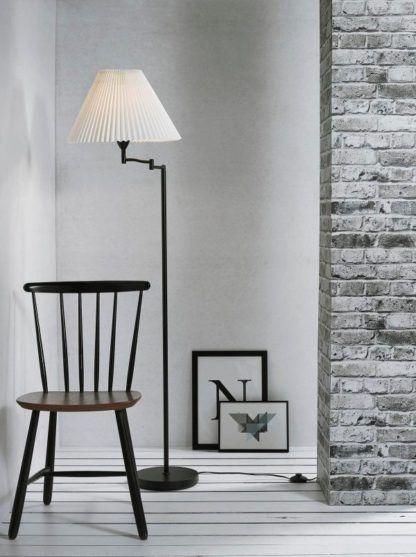 stylowa lampa podłogowa z białym kloszem plisowanym i czarną nogą - aranżacja salon w szarościach i bieli