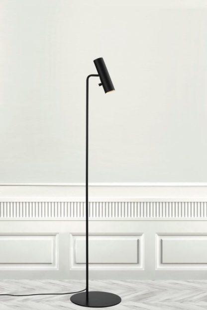 czarna, smukła, nowoczesna lampa podłogowa z reflektorkiem tubą