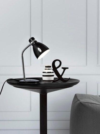 nieduża lampa biurkowa, stołowa, lakierowana czerń - aranżacja salon