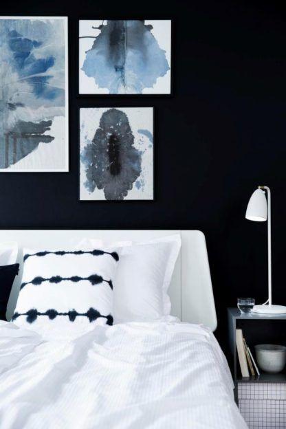 biała lampa stołowa, nowoczesna - aranżacja granatowa sypialnia z białymi detalami