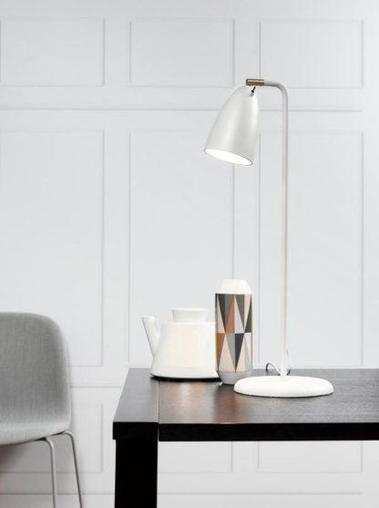 biała lampa stołowa - aranżacja salon w bieli i szarości, geometryczne wzory