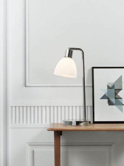 lampa biurkowa z chromową podstawą i mlecznym kloszem - aranżacja