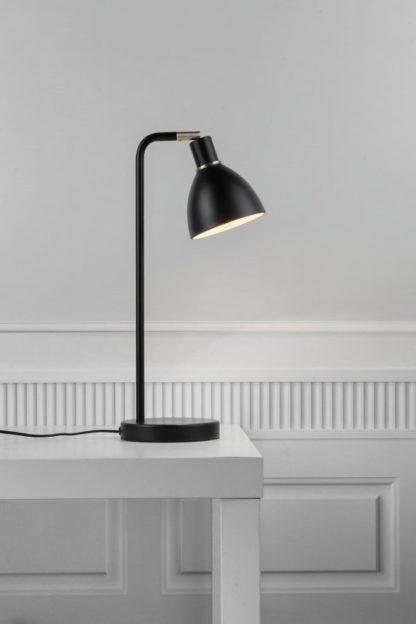 czarna lampa stołowa w stylu nowoczesnym, jasna aranżacja kontrast
