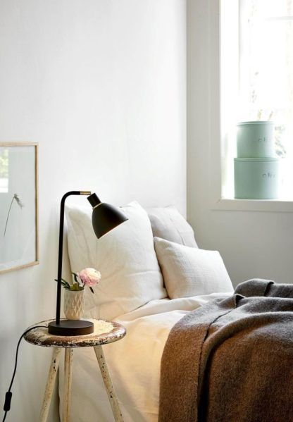 czarna lampa stołowa ze złotymi detalami - aranżacja sypialnia vintage