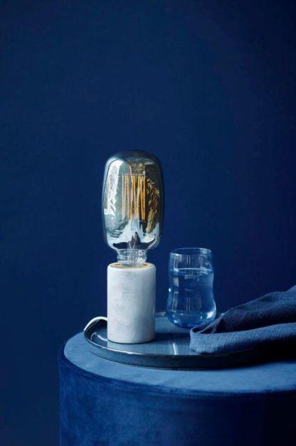 minimalistyczna, industrialna lampa stołowa, marmur, biała - aranżacja
