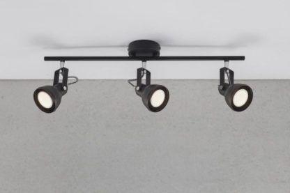 czarna, metalowa lampa sufitowa z trzema reflektorami niedużymi, mobilnymi