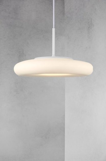 płaska, szklana lampa wisząca nad stół
