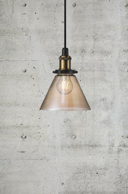 lampa wisząca w stylu industrialnym, szkło barwione na bursztynowo
