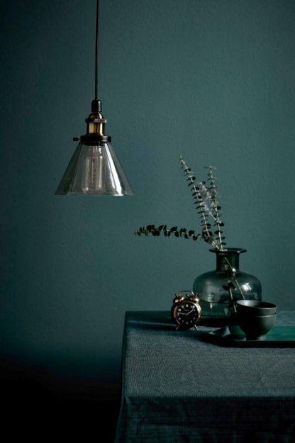 industrialna lampa wisząca barwiona na szaro - aranżacja salon w ciemnych kolorach