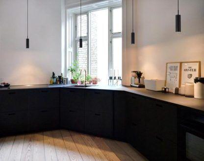 nowoczesna lampa wisząca, czarna -aranżacja kuchnia