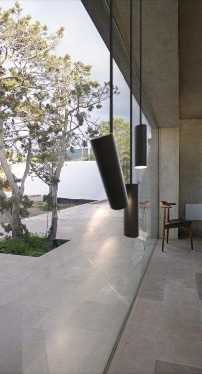 designerska lampa wisząca z czarnym kloszem - nowoczesna aranżacja