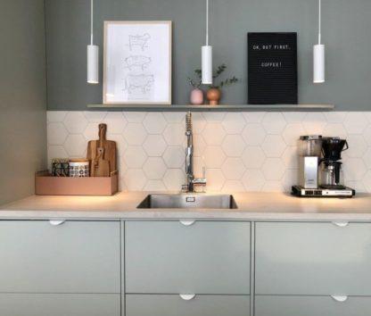 biała lampa wisząca w miętowej kuchni
