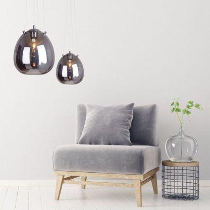 szara, szklana lampa wisząca - aranżacja salon jasny w szarości