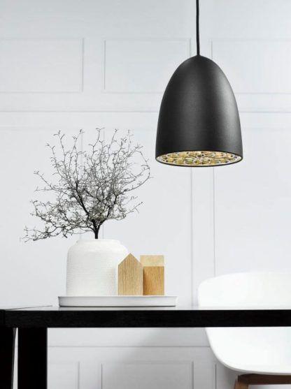 czarna lampa wisząca, duży klosz - aranżacja jadalnia