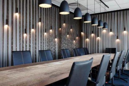 czarna lampa wisząca z akrylowym dyfuzorem - aranżacja biuro