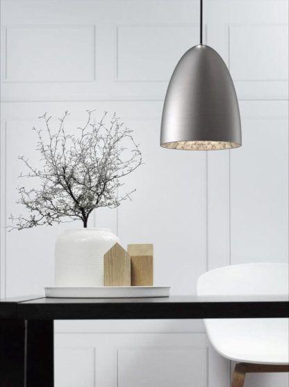 stalowa lampa wisząca w stylu nowoczesnym, skandynawskim - aranżacja