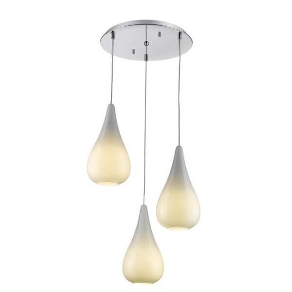 szklana lampa wisząca z trzema kloszami na różnych wysokościach