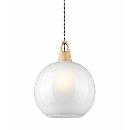 lampa wisząca z mlecznym kloszem i drewnianym detalem, styl skandynawski