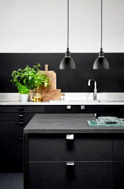 nowoczesne lampy wiszące, czarny klosz - aranżacja czarna kuchnia